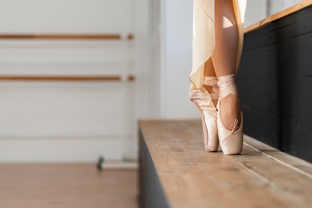Primer plano elegante bailarina bailando con gracia