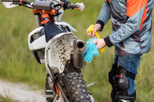 Primer plano elegante hombre limpieza moto