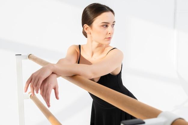 Primer plano elegante mujer bailando con gracia
