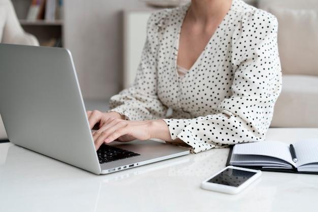 Primer plano elegante mujer escribiendo