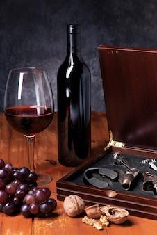 Primer plano de los elementos de cata de vinos.