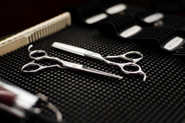 Primer plano de elementos esenciales de peluquería profesional de alto ángulo