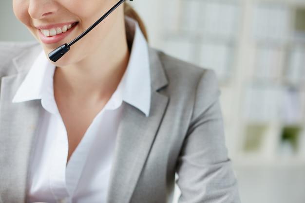 Primer plano de empleada sonriente