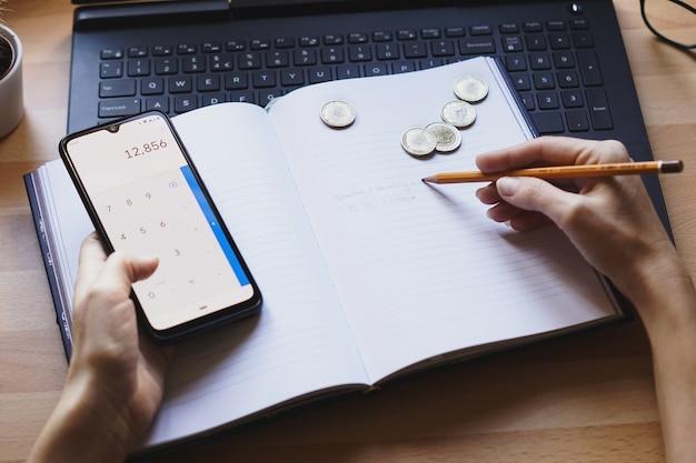 Primer plano de un emprendedor que trabaja desde casa en sus finanzas personales y ahorros
