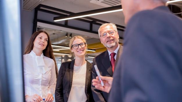 Primer plano del empresario explicando la estrategia de negocios a sus colegas