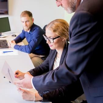 Primer plano de empresario mostrando informe de negocios a colega