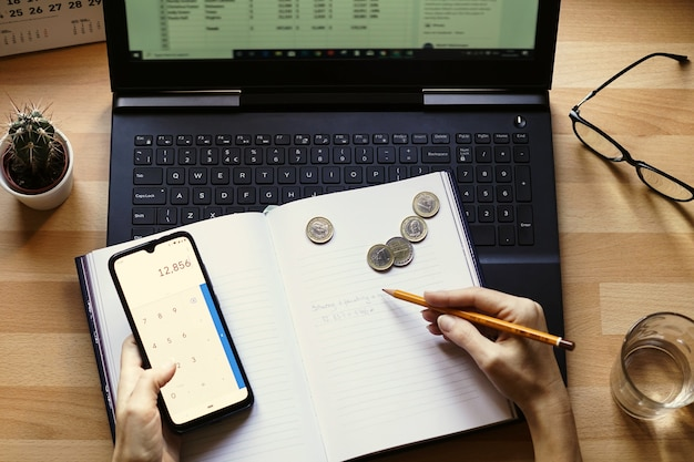 Primer plano de un empresario que trabaja desde casa en sus finanzas y ahorros personales