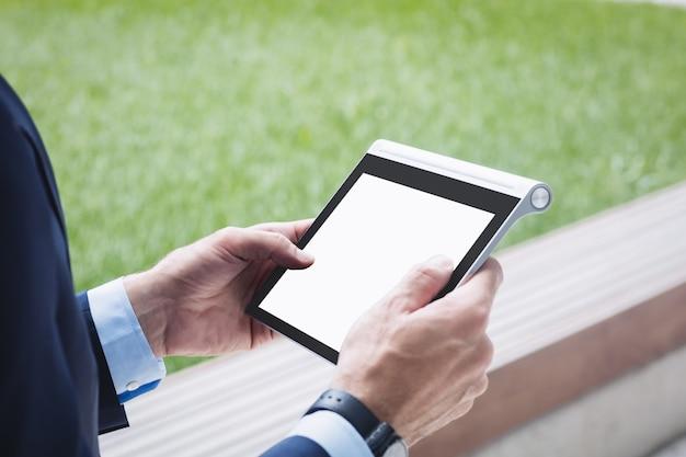 Primer plano de un empresario con tableta digital