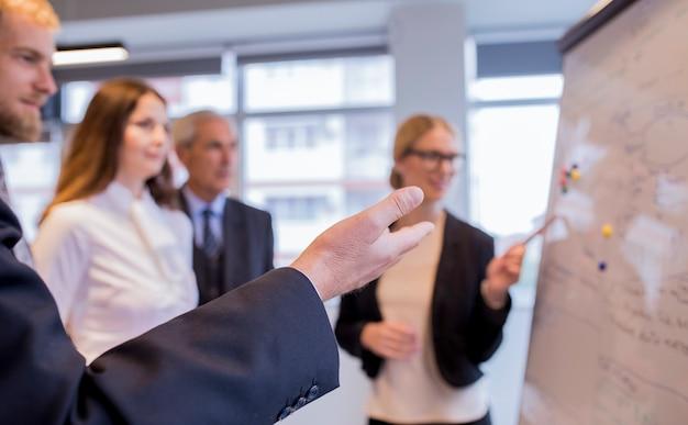 Primer plano de empresarios discutiendo con compañeros de trabajo