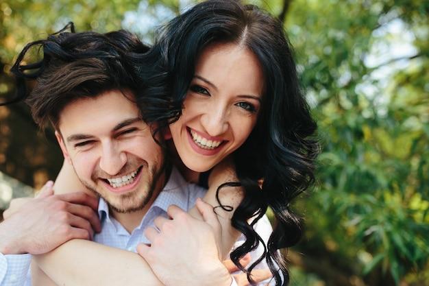 Primer plano de enamorados divertidos sonriendo
