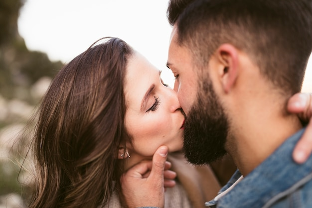 Primer plano encantadora pareja besándose