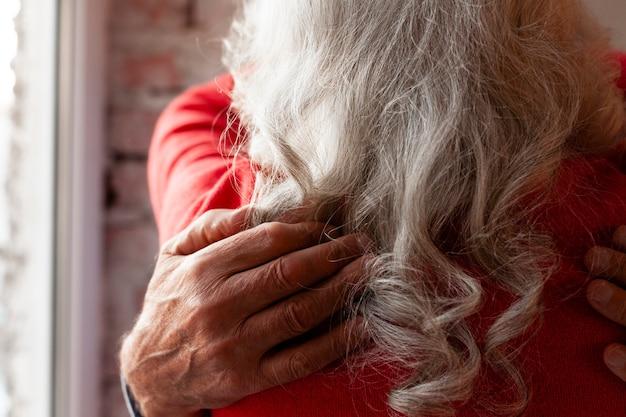 Primer plano encantadora pareja senior abrazando