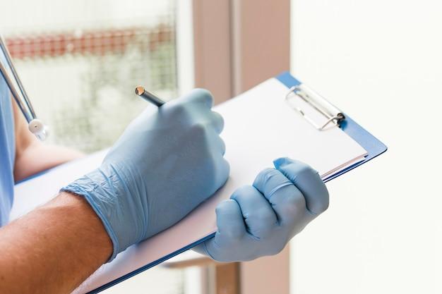 Primer plano enfermera tomando notas médicas