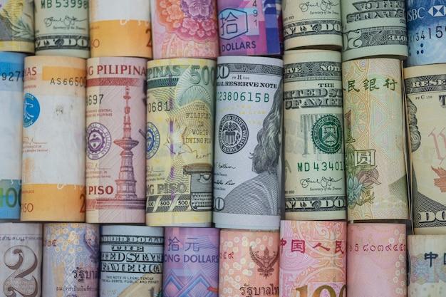 Primer plano enrollado de billetes de todo el mundo.