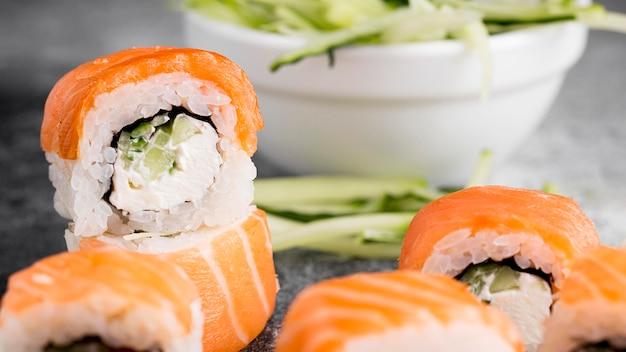 Primer plano de ensalada y rollos de sushi fresco