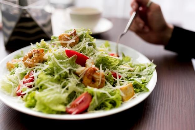 Primer plano de ensalada saludable con camarones en placa