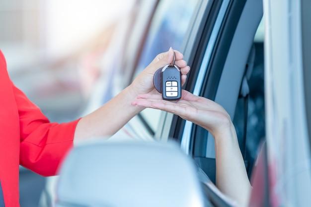 Primer plano entrega de llaves del coche, concepto cerrado, venta de automóviles.