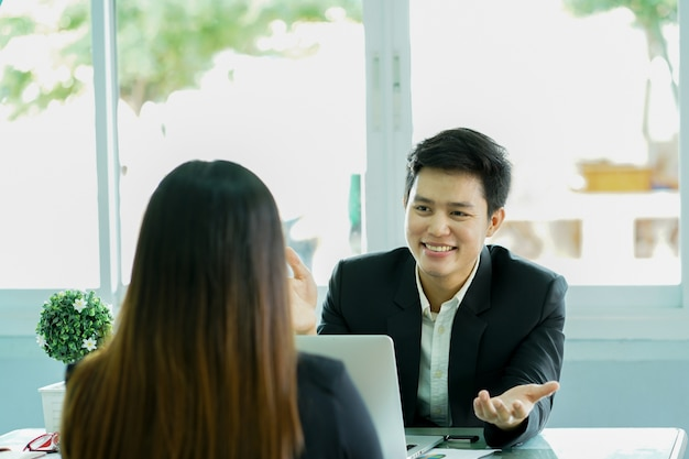 Primer plano de la entrevista de hombre gerente con el candidato en la sala privada