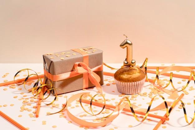 Primer plano envuelto caja de regalo en la mesa