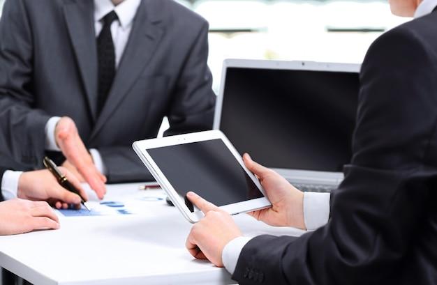 Primer plano de un equipo empresarial moderno con tablet pc para trabajar
