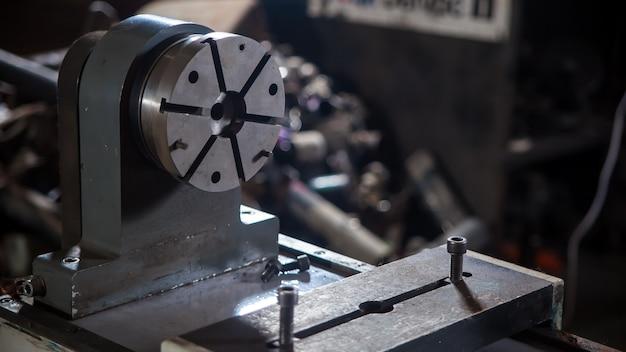 Primer plano de un equipo de metal