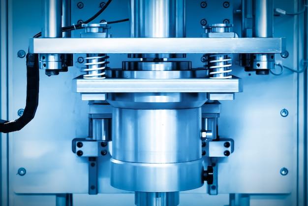 Primer plano del equipo a presión en la línea de producción