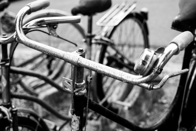 Primer plano en escala de grises de una vieja bicicleta