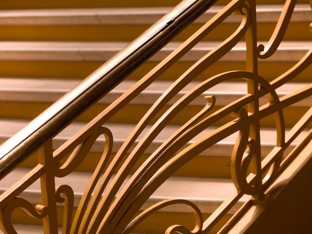 Primer plano de la escalera en el gran palacio de parís francia