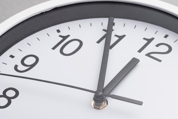 Primer plano de la esfera del reloj blanco