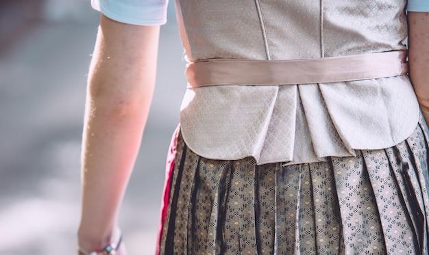 Primer plano de la espalda de una mujer que llevaba una falda y corbata