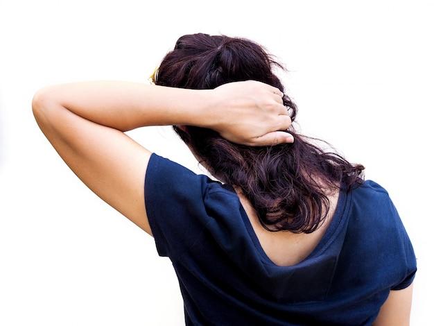 Primer plano la espalda de las mujeres asiáticas usa las manos para masajear el occipital y el cuello de los dolores de cabeza agudos.