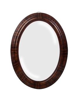 Primer plano de un espejo redondo con bordes marrones aislado sobre una superficie blanca