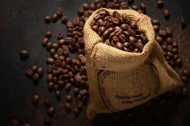 Primer plano de espresso de granos de café en bolsa de saco de yute.