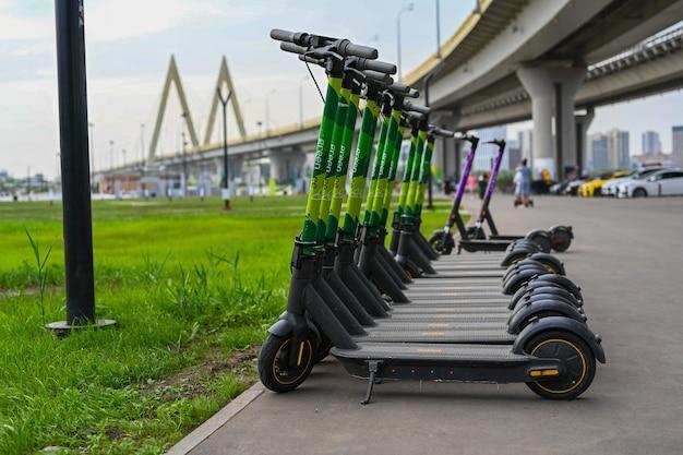 Primer plano de estacionamiento de scooter eléctrico. transporte nuevo y popular para explorar ciudades y lugares de interés. transporte ecológico.