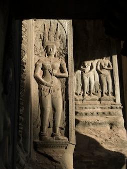 Primer plano de la estatua tallada en el templo, krong siem reap, siem reap, camboya