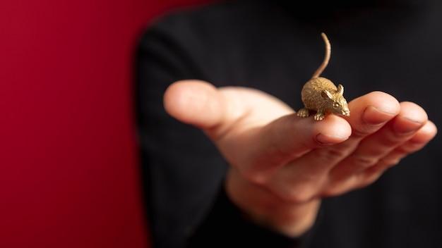 Primer plano de estatuilla de rata para año nuevo chino