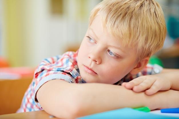 Primer plano de estudiante de primaria distraído