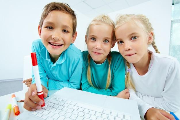 Primer plano de estudiantes con un ordenador