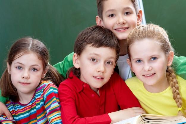 Primer plano de estudiantes de primaria con un libro abierto