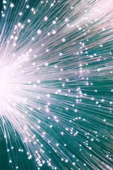 Primer plano en el extremo del cable de red de fibra óptica