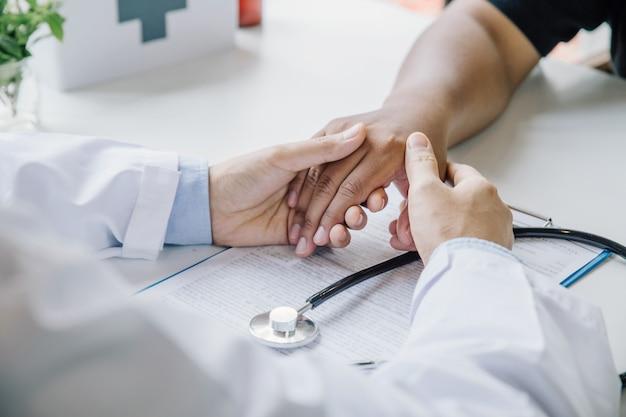 Primer plano extremo de un doctor examinando la mano del paciente en el consultorio médico