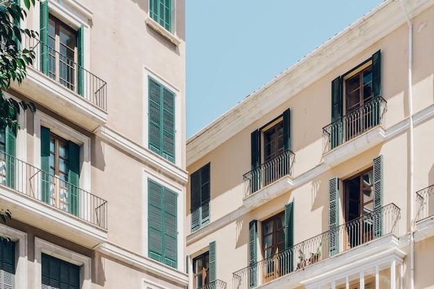 Primer plano de la fachada de dos edificios