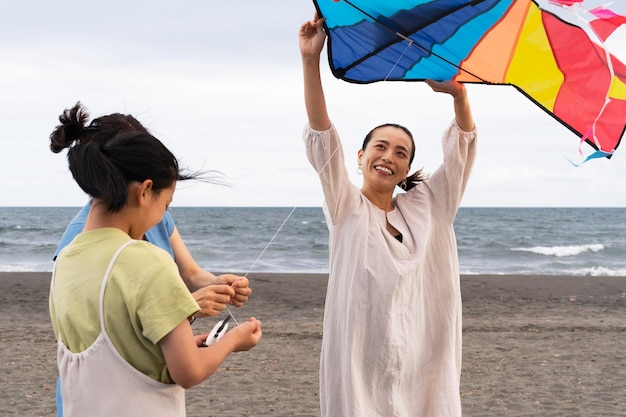 Primer plano de la familia japonesa divirtiéndose