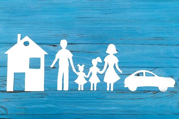 Primer plano de la familia de papel feliz en azul