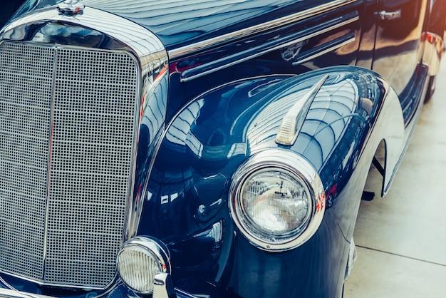 Primer plano de los faros y el parachoques delantero en automóvil vintage