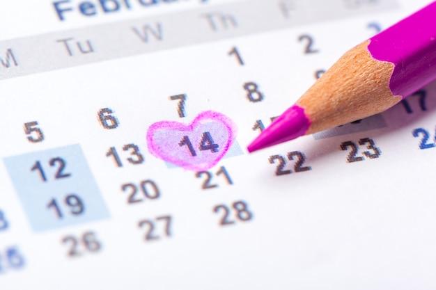 Primer plano de fechas en la página del calendario