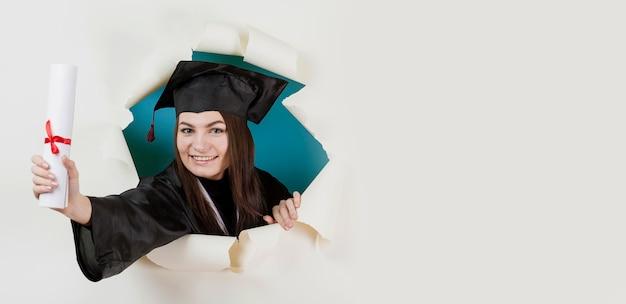 Primer plano feliz estudiante graduado