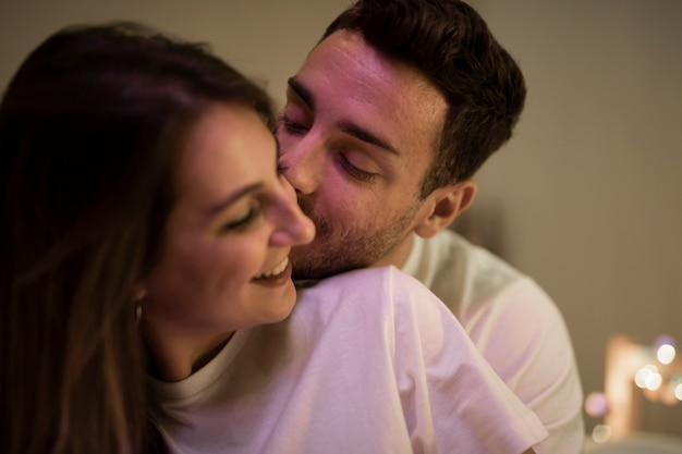 Primer plano feliz joven pareja besándose