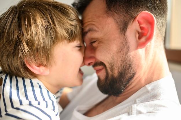 Primer plano feliz padre e hijo