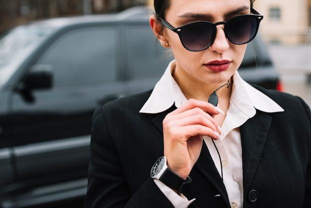 Primer plano femenino de seguridad trabajando